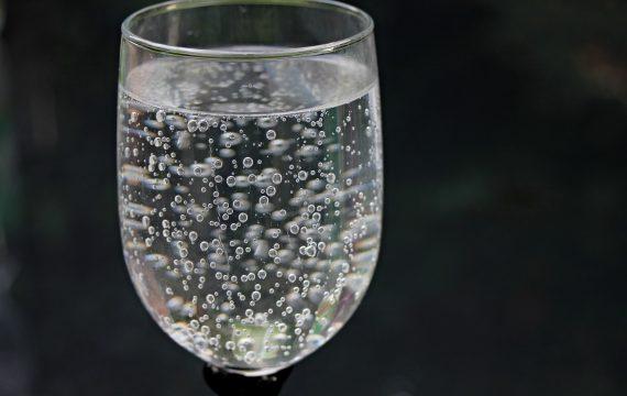Coca-cola face o apă minerală carbogazoasă cu dioxid de carbon captat din atmosferă
